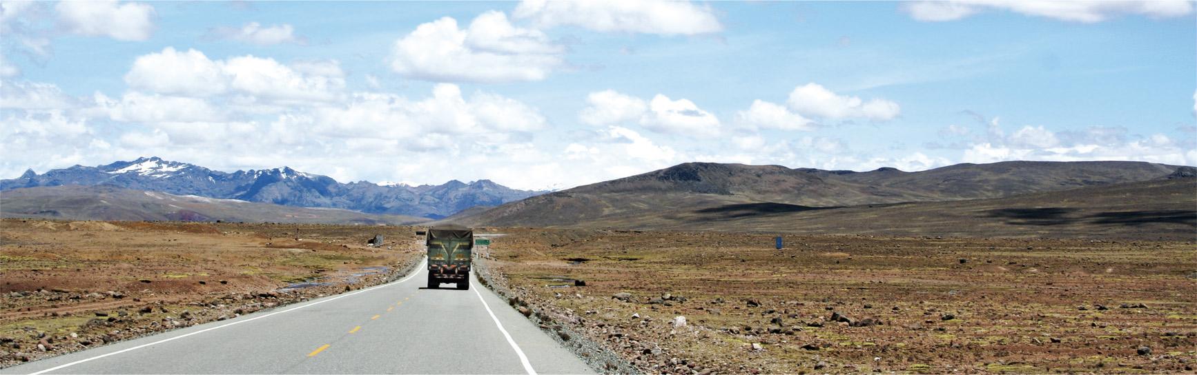 Weite Landschaft mit Stra§e und LKW in SŸdamerika